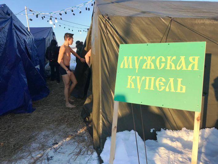 По традиции установлены две палатки для переодевания (мужская и женская) и две непосредственно для купания.