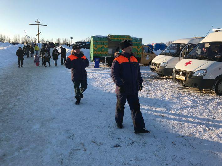 В целях безопасности на месте дежурят скорая помощь и спасатели, полицейские, инспекторы ГИМС, пожарные.