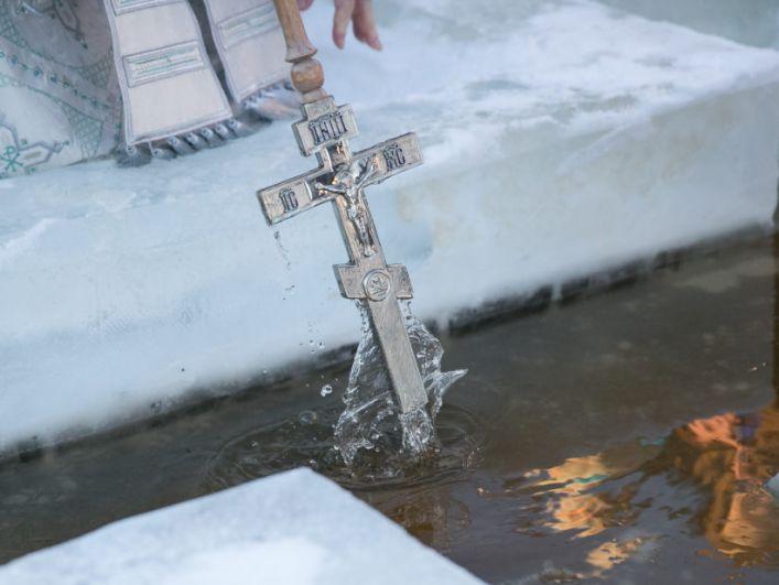 В 11:30 от Воскресенского собора митрополит Ханты-Мансийский и Сургутский Павел возглавил крестный ход на реку Иртыш, где совершил Великое освящение воды.
