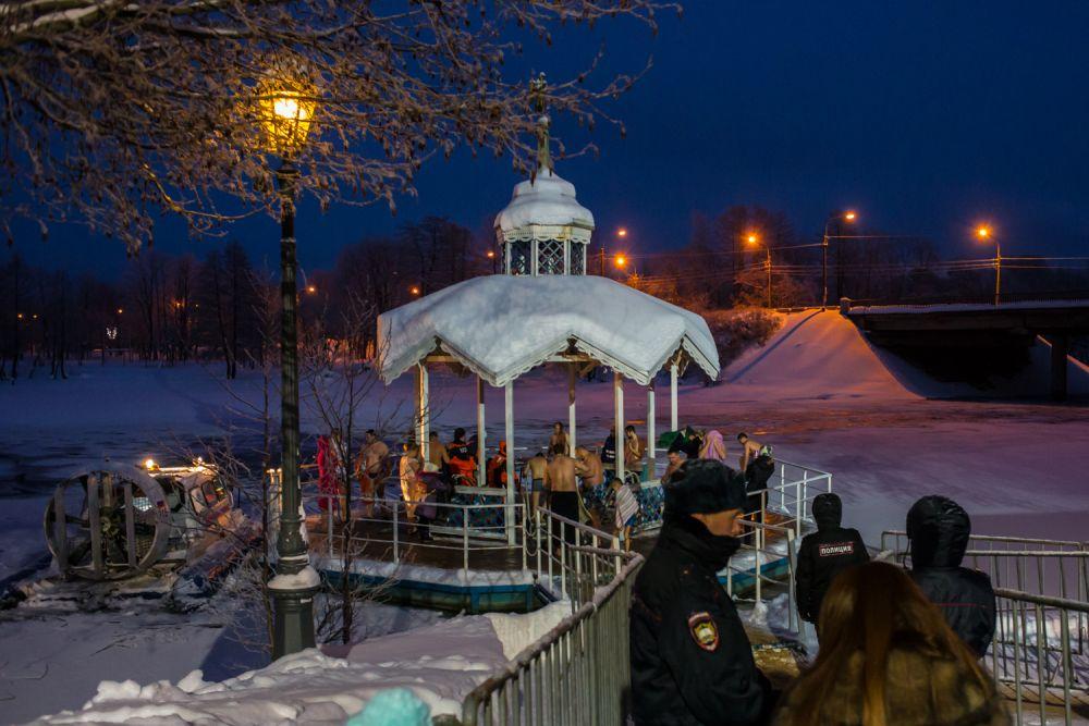 Мороз не помешал жителям Северной столицы окунуться в прорубь.
