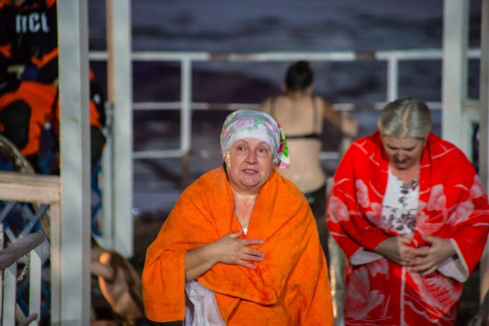 Крещенские купания продолжались до самой ночи.