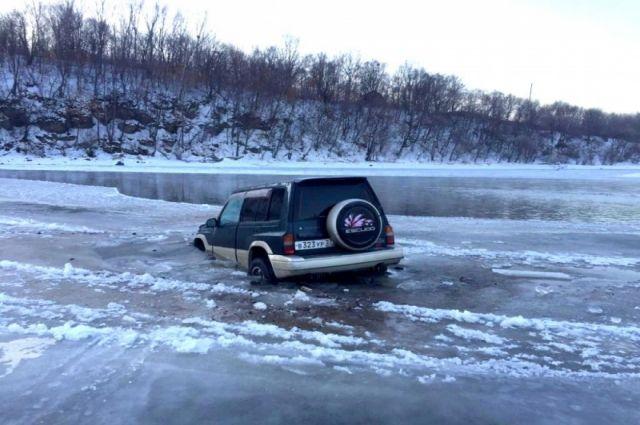 Автомобиль пропавших отца и сына нашли на дне реки в Нанайском районе.