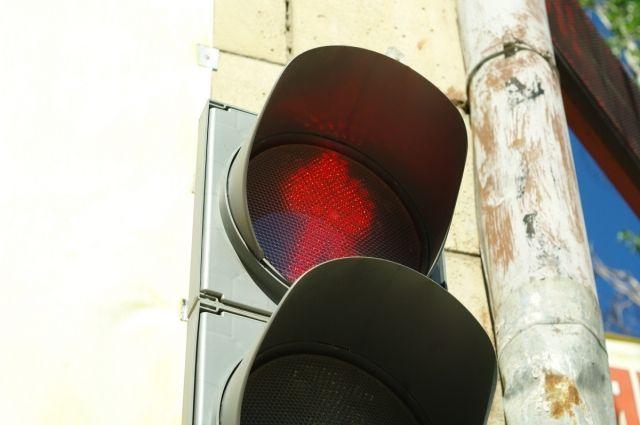 За проезд на «красный» водителям грозит штраф в размере 1000 рублей.