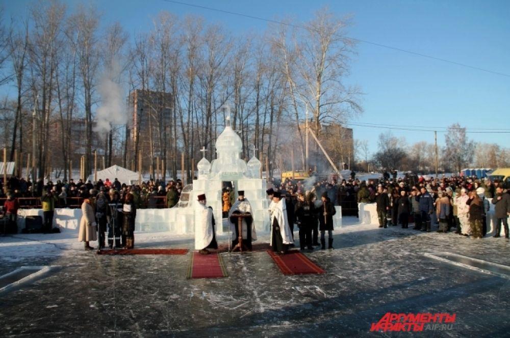 Праздничные мероприятия начались в 10 утра с Крестного хода от Храма Александра Невского до ледяного комплекса «Иркутская иордань».