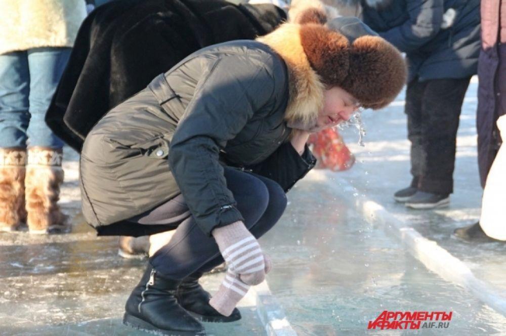 Для переодевания на заливе установили палатки, а МУП «Комбинат питания города Иркутска» организовала бесплатный горячий чай.