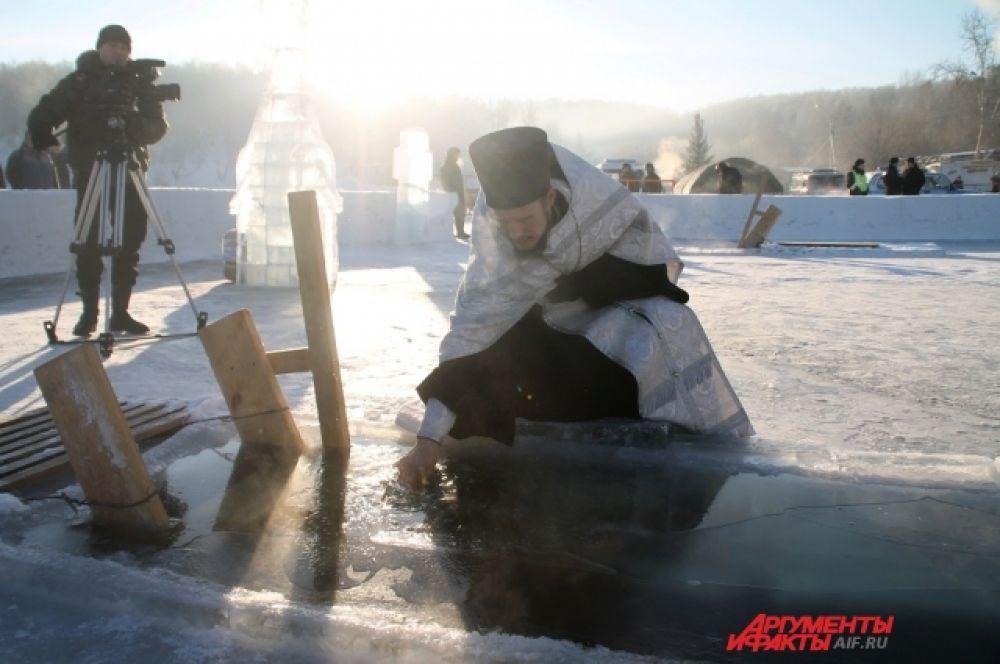 После этого все желающие имели возможность окунуться в прорубь и набрать «крещенской воды».