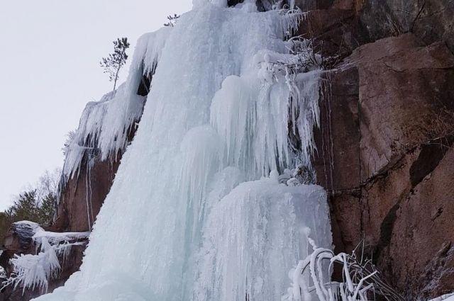 Каждый год скалу заливают водой.