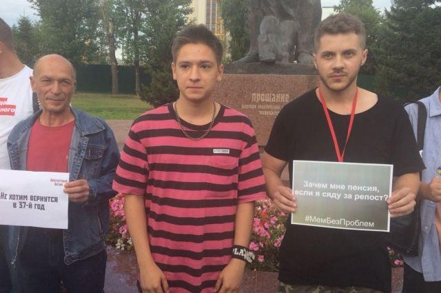 Даниил Марков на пикете в Барнауле
