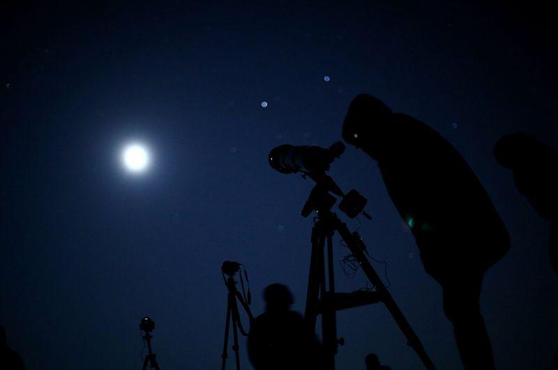 Наблюдатели полного лунного затмения в Вене.