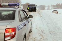 По дороге водитель автомобиля не справился с управлением, и машина оказалась в сугробе.