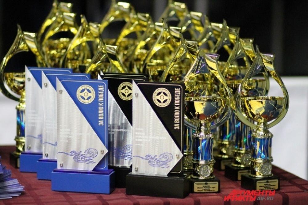 Участие в иркутских соревнованиях приняли более 200 спортсменов из шести регионов страны, среди которых шесть мастеров спорта России и 26 кандидатов в мастера спорта.