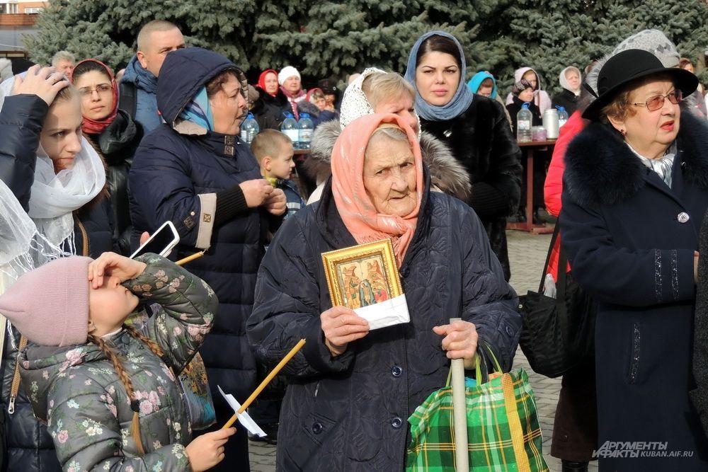 Пожилая женщина с иконой.