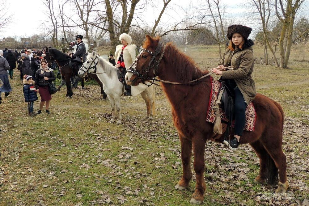 Казаки и казачка на лошадях.