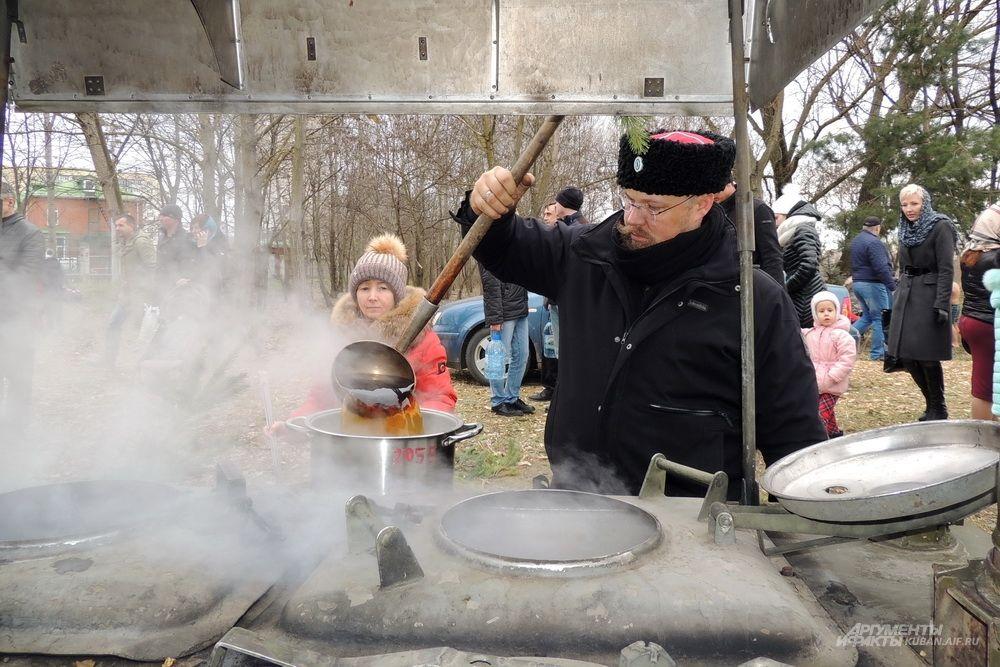 После купания можно было согреться горячим чаем из полевой кухни.