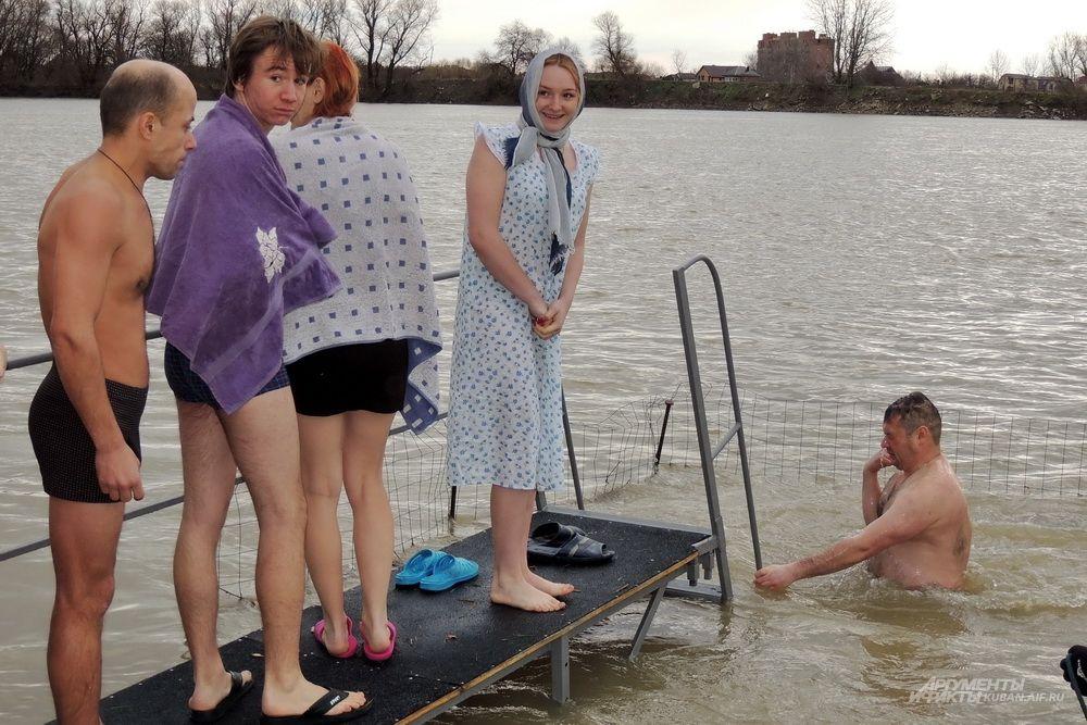 Не так уж просто решиться зайти в холодную воду.
