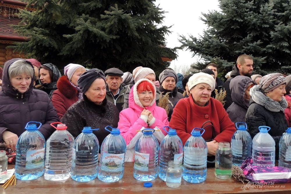 На крещение верующие взяли много пластиковой тары с водой.