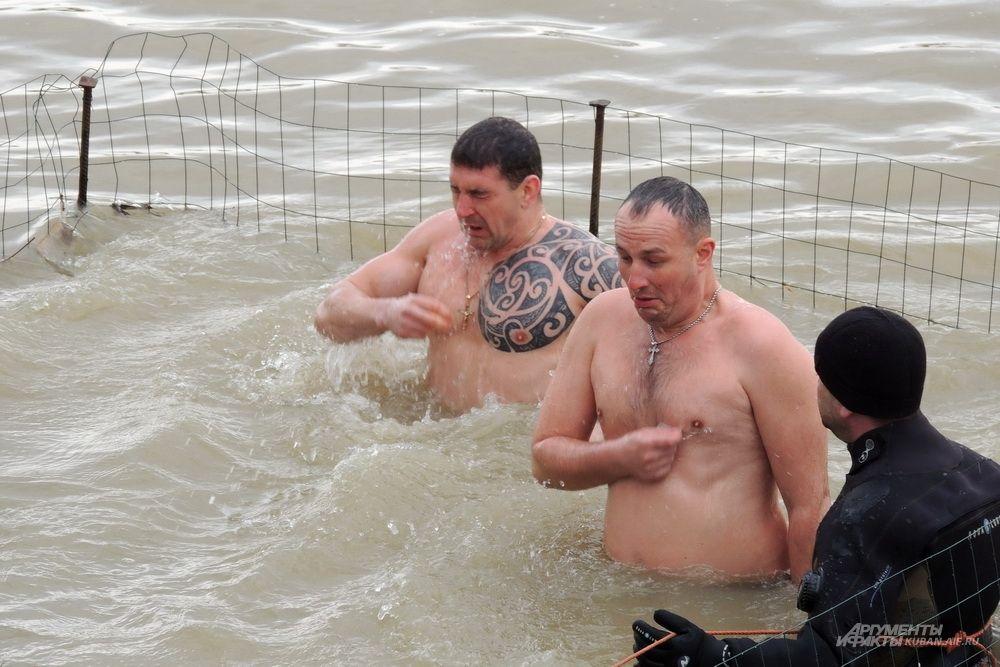 По традиции на крещение нужно трижды окунуться в воду и перекреститься.