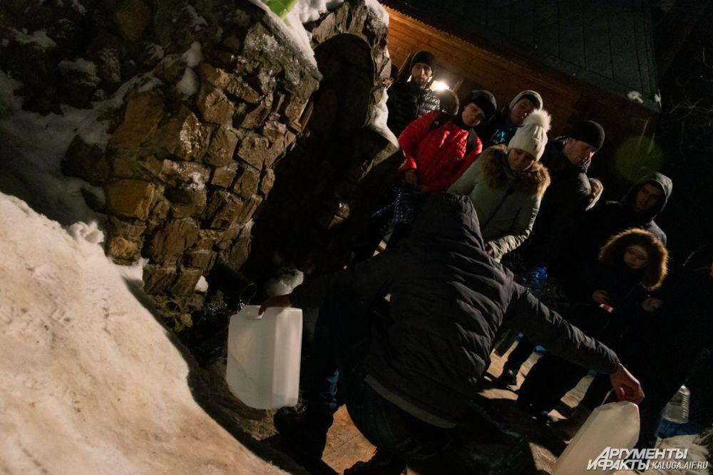 Некоторые подходили очень серьёзно к запасам святой воды и набирали канистры по 10, 20 литров, а иногда и больше.