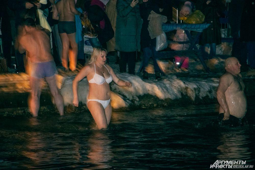 Много желающих искупаться в ночь с 18 на 19 калужан приехали на Сероводородные озёра.
