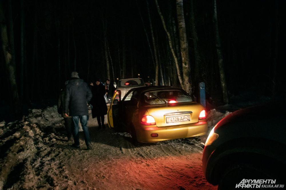Поток автомобилей в местах, где организовано купание в Крещенскую ночь, не прекращался до глубокой ночи.