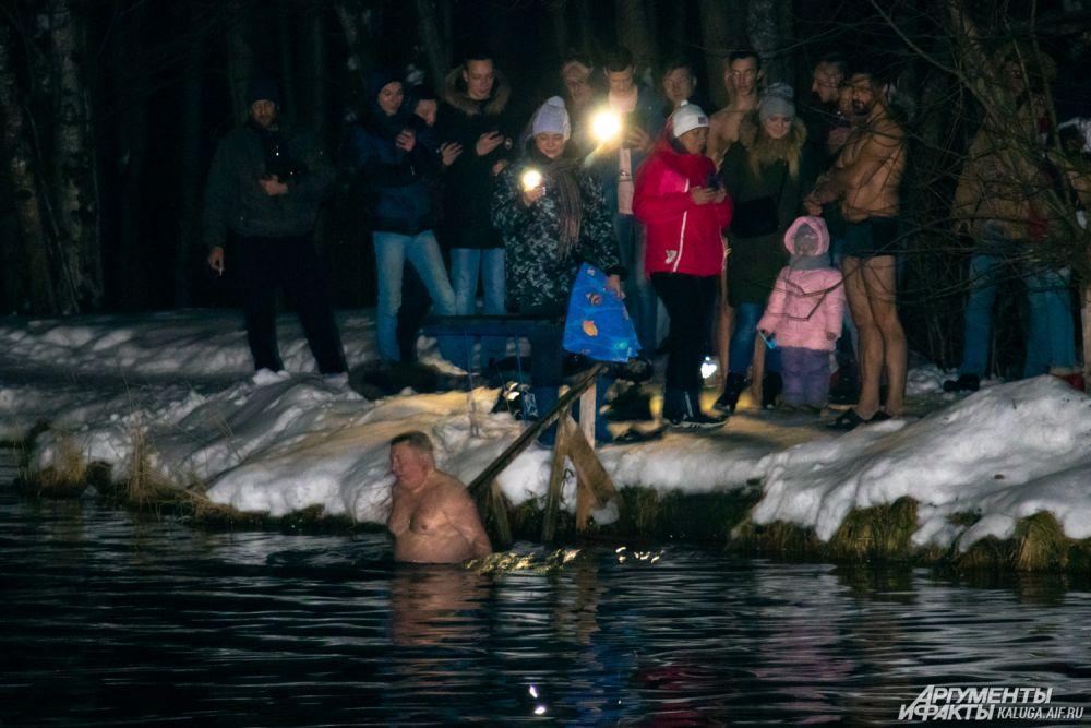 По статистике искупался каждый второй, кто приехал к официальным местам купаний, но на фотографиях выглядит иначе.
