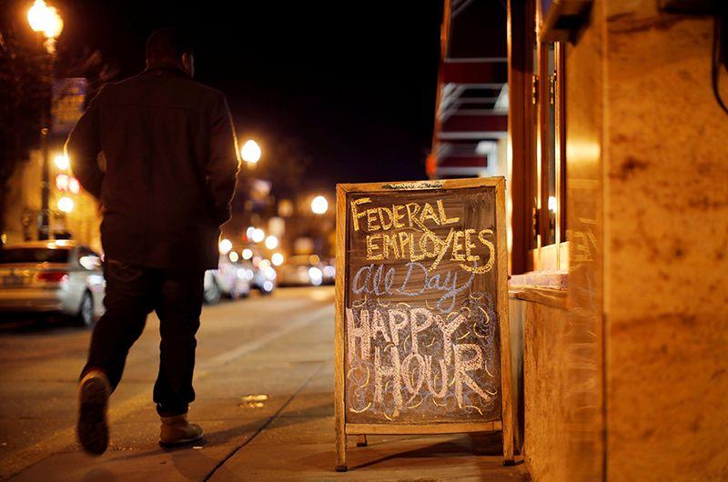 Надпись у бара: «Счастливые часы для госслужащих весь день».