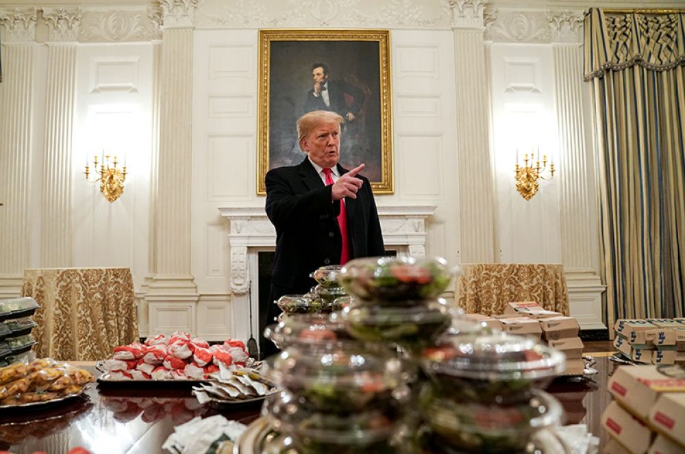 Торжественный прием в Белом доме для игроков команды по американскому футболу Clemson Tigers. Из-за шатдауна часть персонала Белого дома ушла в неоплачиваемый отпуск, поэтому президент сам составил меню и оплатил доставку.