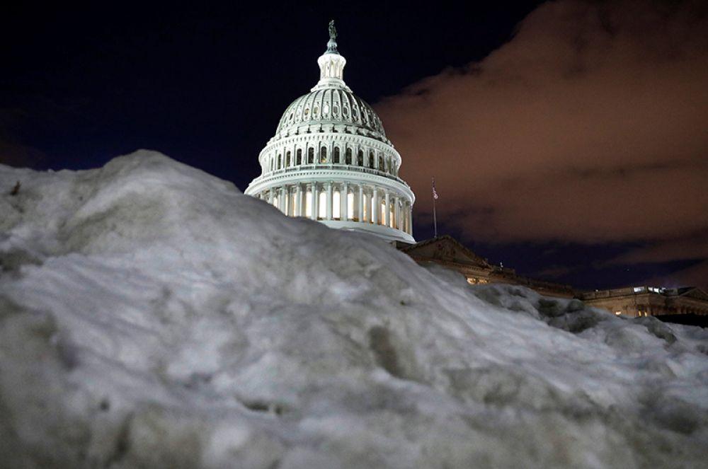 Неубранный снег рядом со зданием Капитолия США в Вашингтоне.