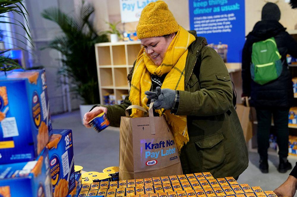 Госслужащий, оставшийся без работы, забирает бесплатную сумку с продуктами от Kraft Foods.