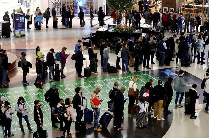 Длинные очереди в международном аэропорту Хартсфилд-Джексон Атланта, штат Джорджия.