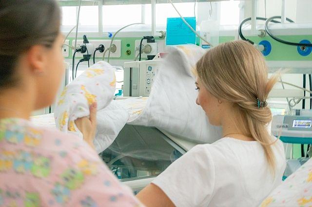 Первые дни своей жизни новорождённая Варвара вынуждена проводить не в объятиях любящих родителей, а под наблюдением специалистов.