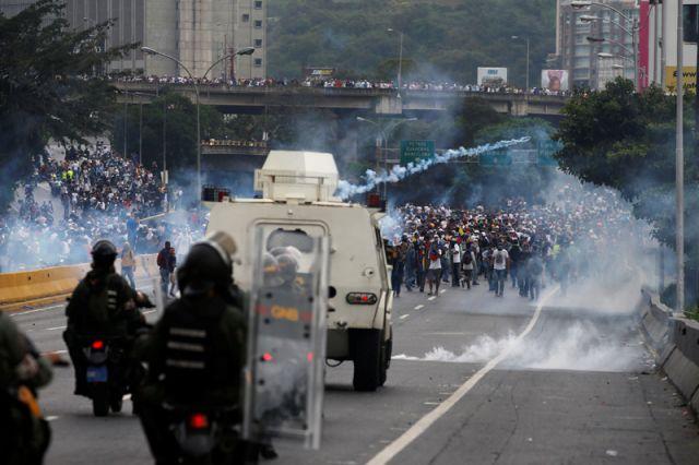 Силовики открыли стрельбу на месте протестов в столице Венесуэлы