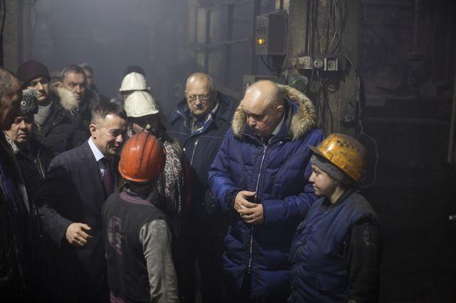 Котельную осмотрел Сергей Цивилев. Губернатор выслушал жалобы кочегаров на тяжелые условия. Пообещал построить новую котельную.