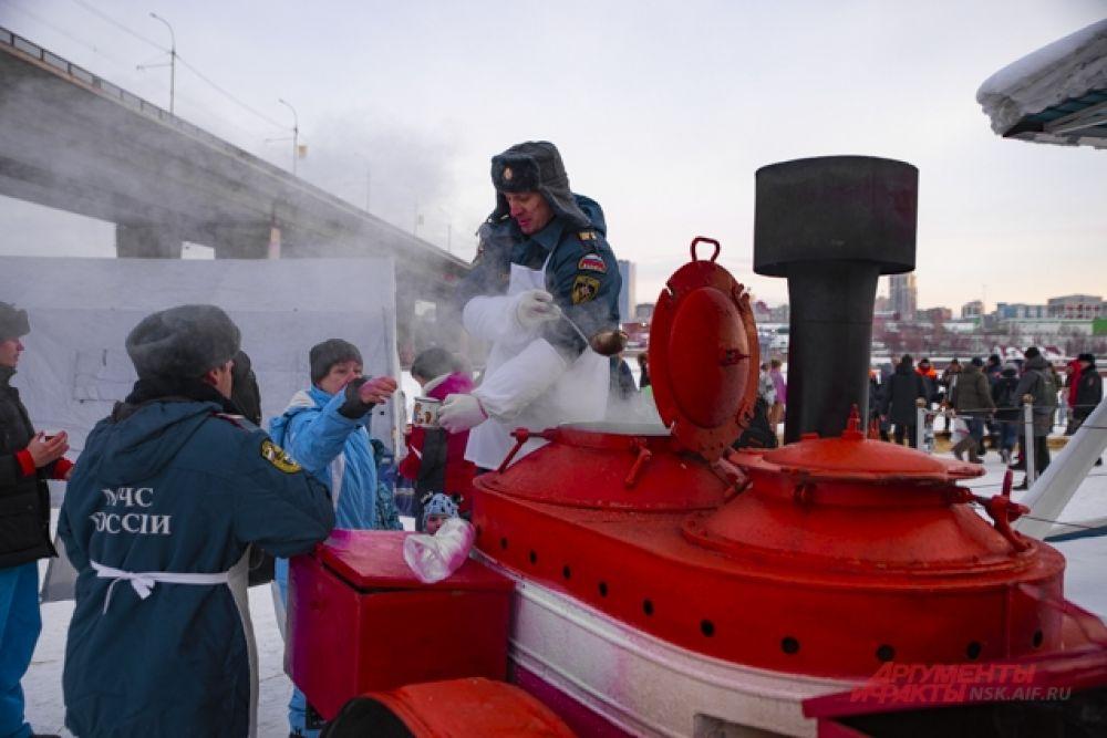 Спасатели подготовили для смельчаков все необходимое - теплые раздевалки, горячий чай.
