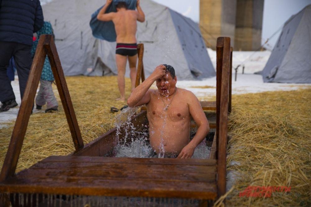 К счастью, погода на Крещение в этом году была теплая - -4…-6 градусов.  Однако, бывалые ныряльщики утверждают, что в мороз окунаться в ледяную воду даже проще.