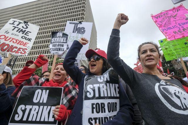 В Лос-Анджелесе учителя проводят крупнейшую за последние 30 лет забастовку