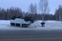 Микроавтобус перевернулся на крышу.