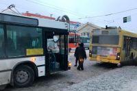 Женщину зажало между автобусами.