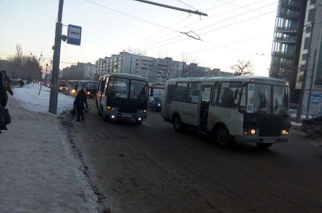 В Оренбурге водители автобусов высаживают пассажиров, не доезжая до остановки.