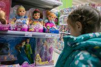 В магазине выбрать подарок ребёнку надёжнее, чем на сайте с неизвестной репутацией.