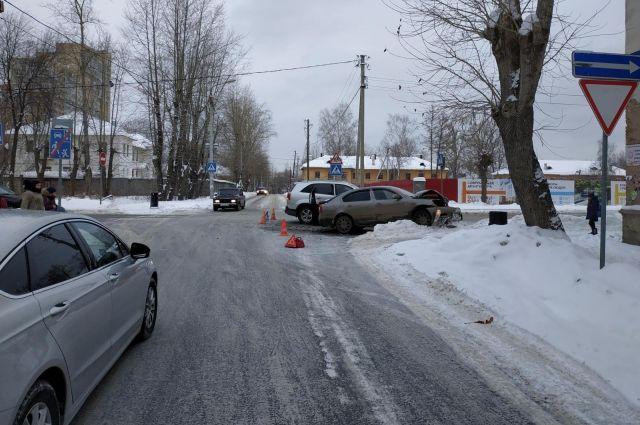 Иномарка не уступила дорогу автомобилю, который ехал по главной дороге.