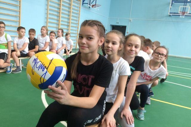 Губернатор подписал мяч для школьников.