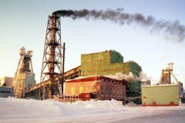 Работники шахты поднимаются на поверхность.