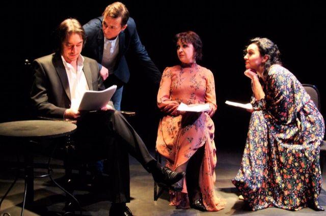 Артисты читают пьесу на сцене.