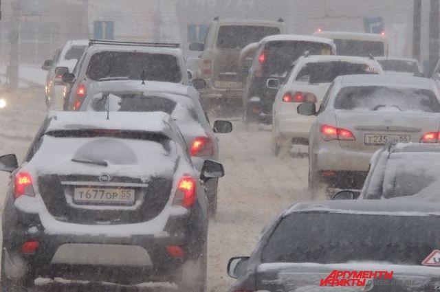 Утром в Оренбурге образовались пробки из-за снегопада и ДТП