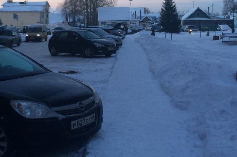 А вот уборку снега во дворе домов на улице Сергей Есенина (ЖК «Новый город») можно назвать образцовой.