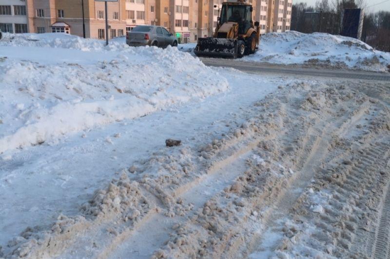 В жилом комплексе «Лесная мелодия – 2» на улице Склизкова дороги чистят, но парковать автомобили приходится в снежную кашу.