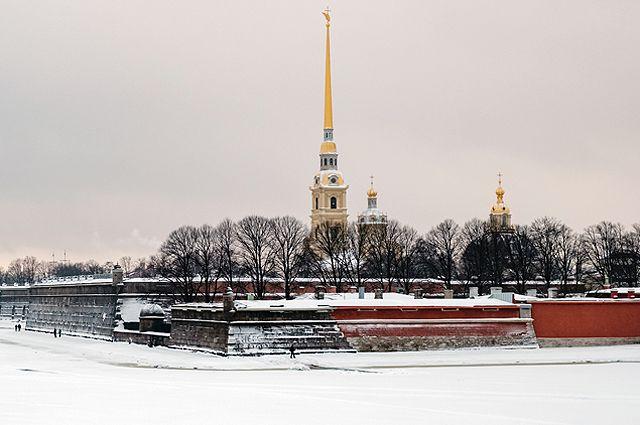 Вид на собор Святых первоверховных апостолов Петра и Павла на территории Петропавловской крепости.