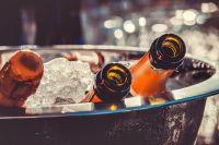 Девушка и три её знакомых обратились к 32-летнему односельчанину с просьбой приобрести для них спиртные напитки.