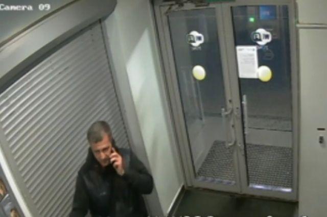 В Оренбурге мужчина забрал из банкомата чужую карту.